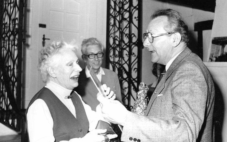 Die pensionierte Museumsdirektorin Käthe Rieck gratuliert dem Stadtarchivar Herbert Ewe zum 60. Geburtstag.